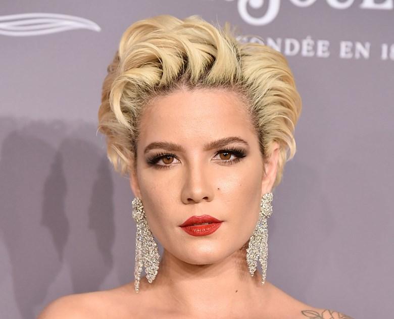 Halsey: o penteado que David Colvin escolheu para a cantora remete para o estilo dos looks de beleza de Madonna. Na maquilhagem, apostou-se nos olhos esfumados pretos e no batom vermelho.